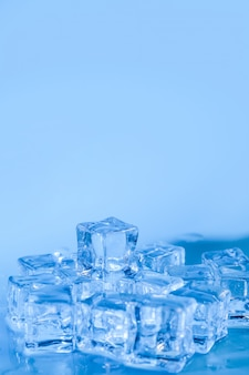 Pirâmide de cubos de gelo derretido com gotas