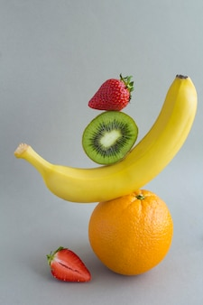 Pirâmide de frutas em equilíbrio. fechar-se.