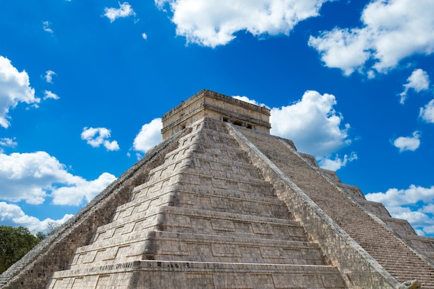 Pirâmide de kukulkan no local de chichen itza, méxico
