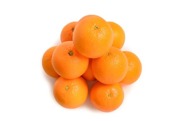 Pirâmide de laranjas isolada no fundo branco.