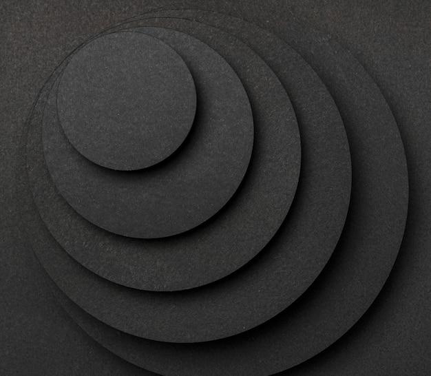 Pirâmide de pedaços circulares de papel preto