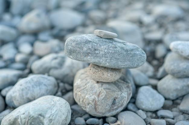 Pirâmide de pedra zen fundo neutro