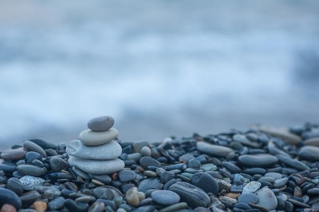 Pirâmide de pedras à beira-mar. pedras zen equilibradas.