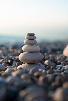 Pirâmide de pedras no mar da praia