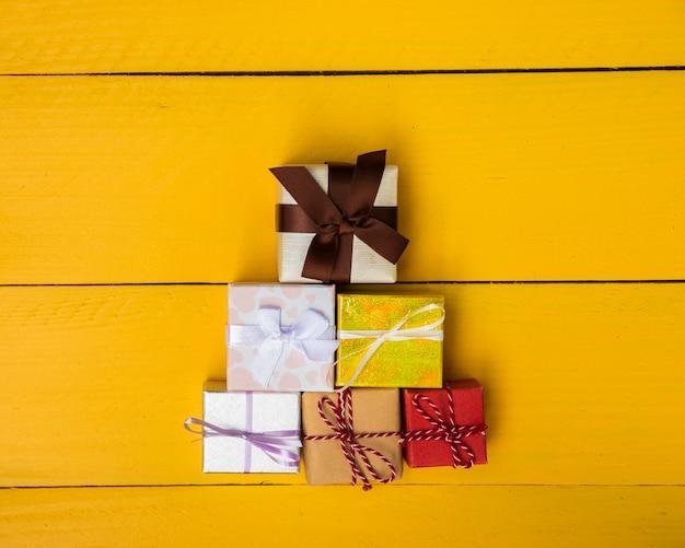Pirâmide de presentes com uma variedade de cores