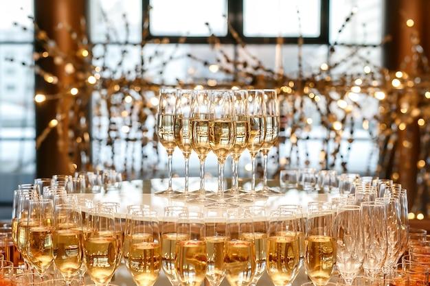 Pirâmide de taças com champanhe no catering para eventos