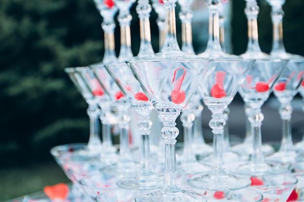 Pirâmide de taças de champanhe em uma celebração ao ar livre