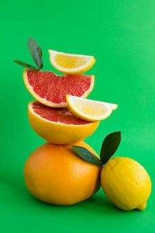 Pirâmide de toranja e limão em equilíbrio. close-up.