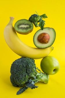 Pirâmide de vegetais e frutas em equilíbrio .close-up.