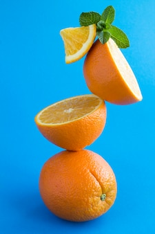 Pirâmide empilhada de frutas laranjas em azul