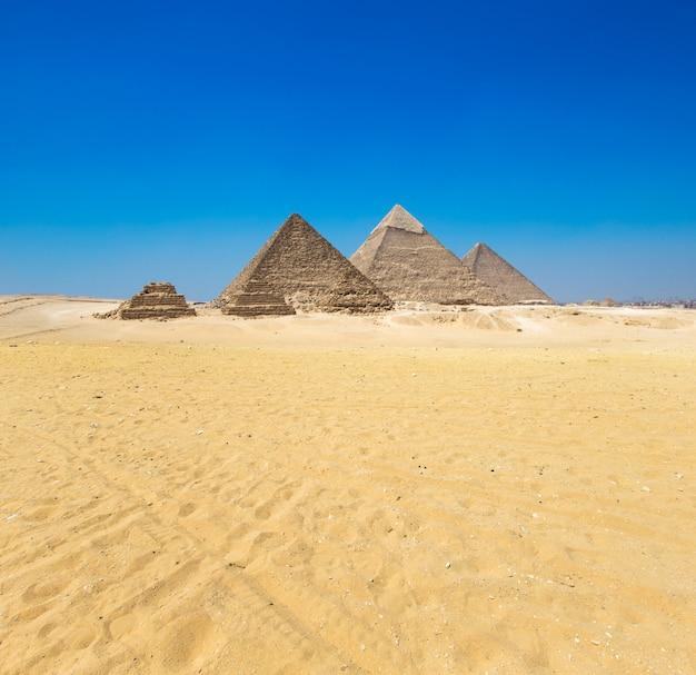 Pirâmides com um lindo céu de gizé no cairo, egito.