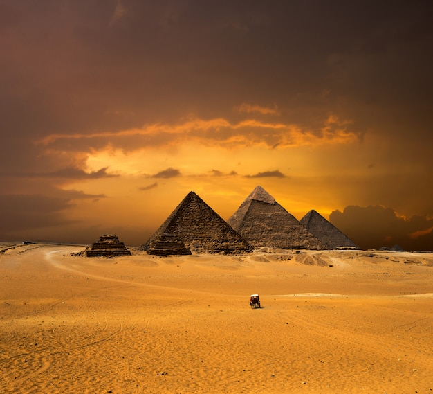 Pirâmides com um lindo céu de gizé, no cairo, egito.