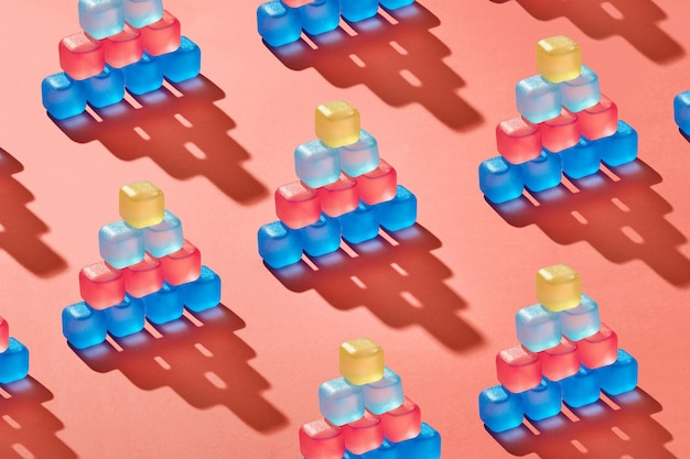 Pirâmides de cubos de gelo coloridos de plástico transparente