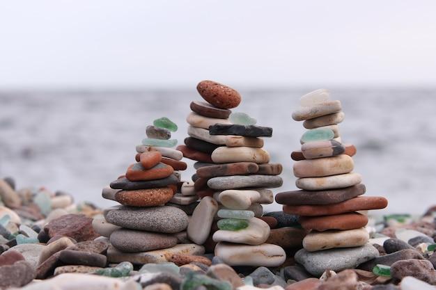 Pirâmides de pedras à beira-mar