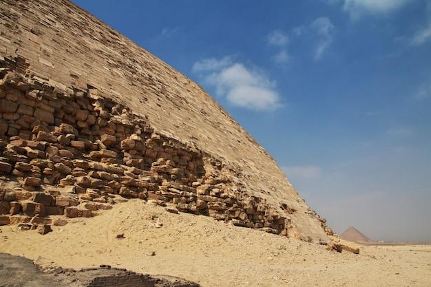 Pirâmides no deserto de dahshur, saara, egito