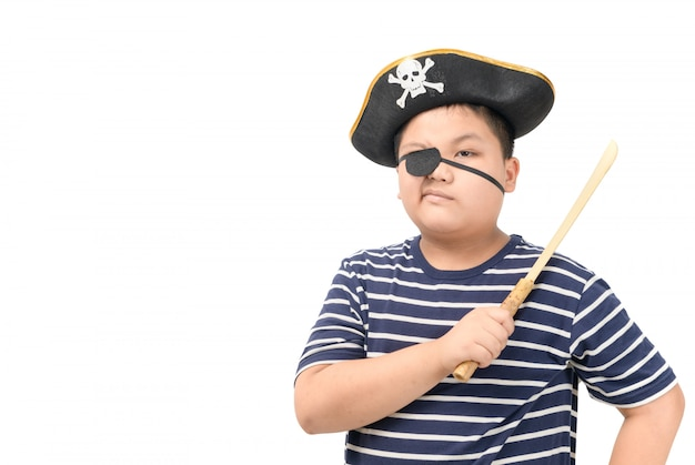 Pirata de criança segurando a espada de madeira isolada