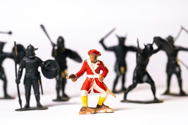 Pirata no fundo de muitos soldados negros, isolado em um fundo branco.