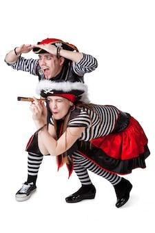 Piratas o homem e a mulher em ternos de piratas isolados