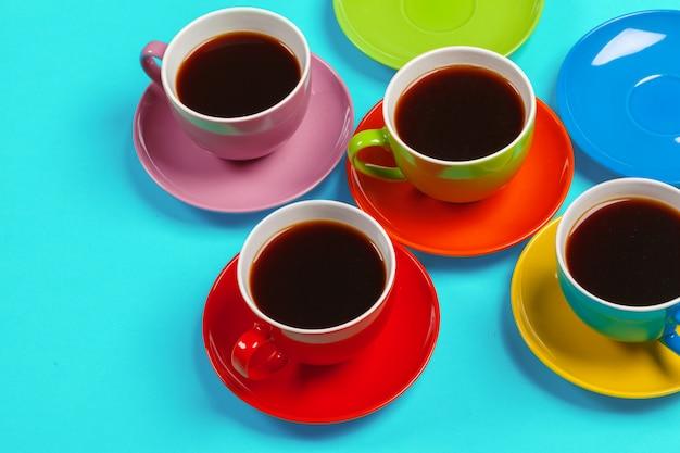 Pires e xícaras de café coloridas