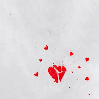 Pirulito vermelho quebrado e corações decorativos