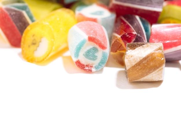 Pirulitos brilhantes e suculentos de cores diferentes isolados em um fundo branco