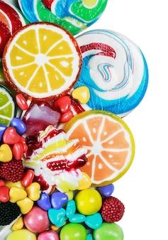 Pirulitos multicoloridos, balas e chicletes