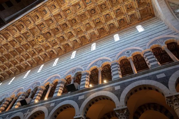 Pisa, itália - 29 de junho de 2018: vista panorâmica do interior da catedral de pisa (cattedrale metropolitana primaziale di santa maria assunta) é uma catedral católica romana medieval