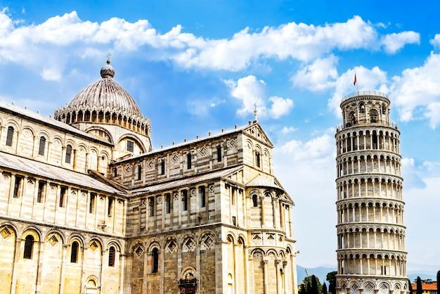 Pisa, lugar de milagres: a torre inclinada e o batistério da catedral, toscana, itália