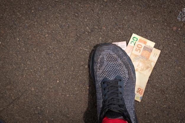 Pisando no dinheiro brasileiro