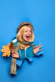 Piscando garota feliz outono garota piscando alegre mulher despreocupada mostra sinal de ok garota com folhas olhando