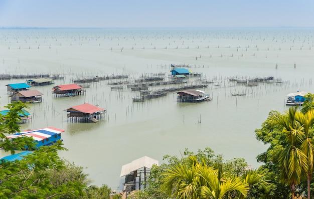 Piscicultura costeira na tailândia