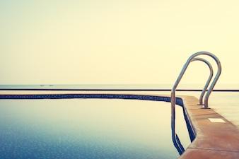 Piscina ao ar livre no hotel e resort