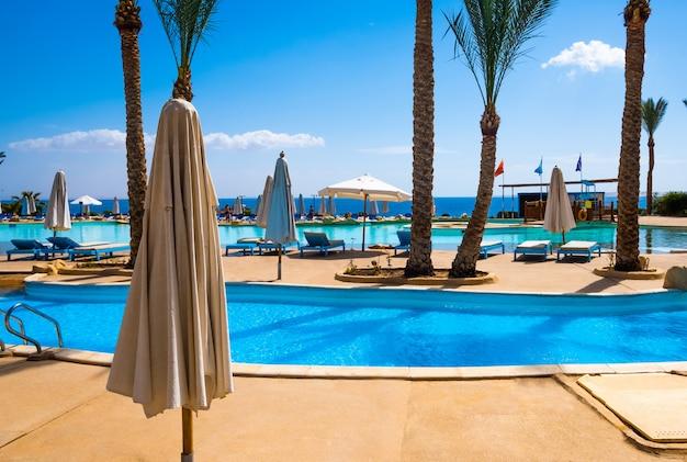 Piscina azul clara no hotel