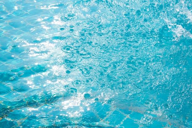 Piscina azul, fundo de água na piscina.