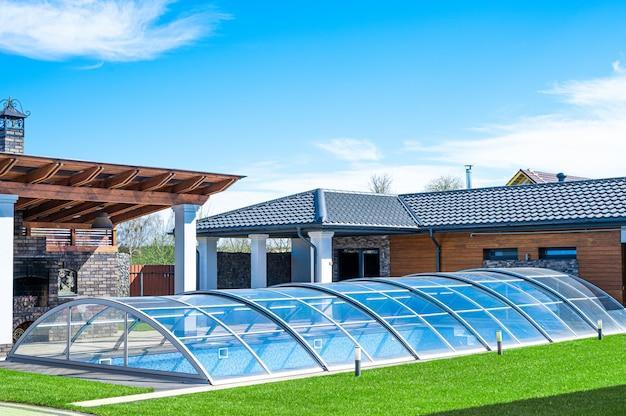 Piscina coberta de vidro com piscina coberta de água