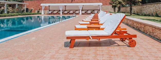 Piscina com água azul pura. vista superior da piscina e do piso.