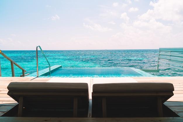 Piscina com cama e piscina com fundo do mar nas maldivas