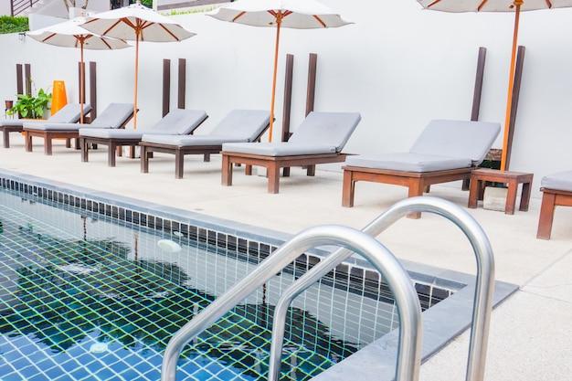 Piscina com escada de metal com piscina de cama e guarda-chuva
