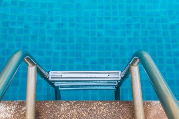 Piscina com escada no hotel