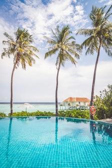 Piscina com fundo de praia do mar nas maldivas