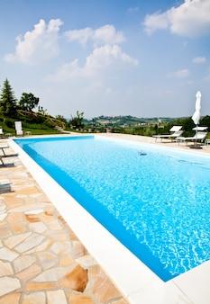 Piscina de um salão de beleza italiano nos vinhedos do meio, área de monferrato, região do piemonte.