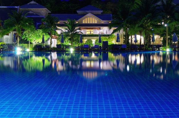 Piscina do hotel à noite