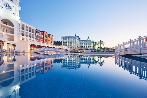 Piscina e praia de hotel de luxo. tipo complexo de entretenimento. hotel de luxo amara dolce vita. recorrer. tekirova-kemer. peru