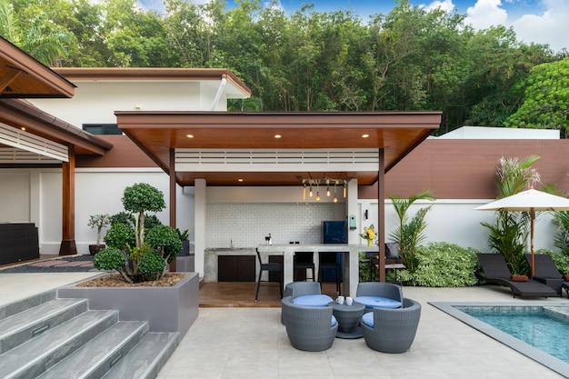 Piscina externa com balcão de bar no terraço da piscina