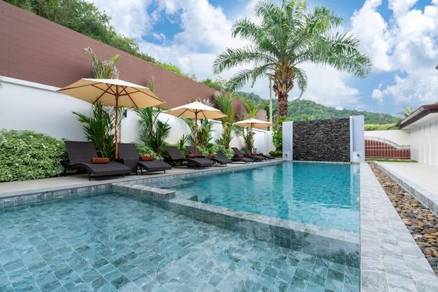 Piscina externa e terraço da piscina
