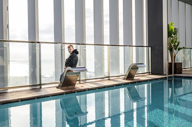Piscina na cobertura com vista da cidade bonita dos arranha-céus. . hotel premium. 03.01.2020 barcelona, espanha