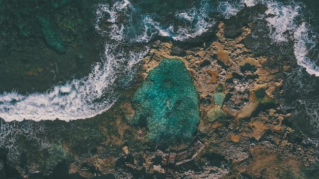 Piscina natural nas rochas na ilha da mulher do méxico