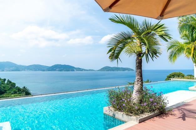 Piscina no hotel e resort com céu e mar