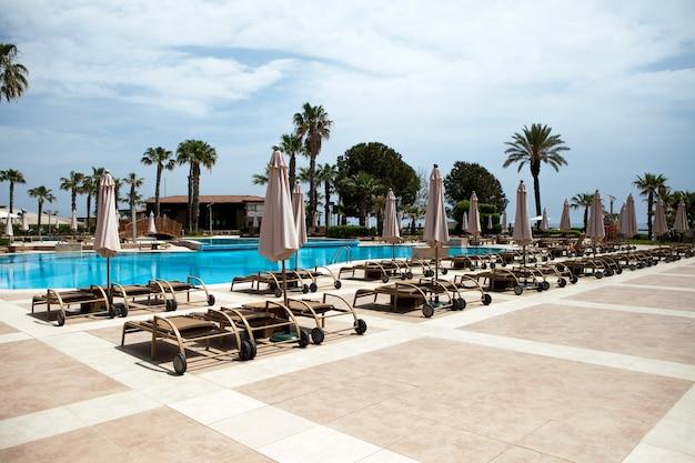 Piscina no hotel férias de verão em zona de relaxamento de países tropicais quentes