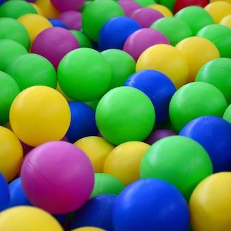 Piscina para diversão e pulando em bolas de plástico coloridas